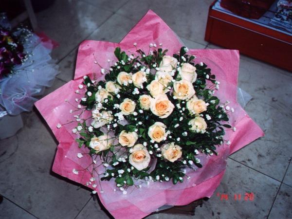 漫:20支香槟玫瑰、满天星配衬叶,粉红色棉纸圆形包装.98元-10 图片