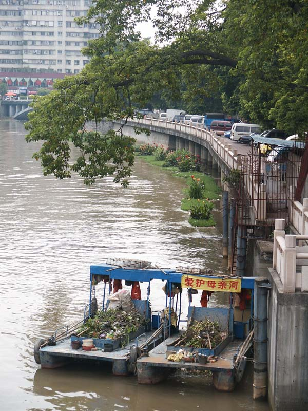 汾江河上的拖拉机和劳斯莱斯高清图片